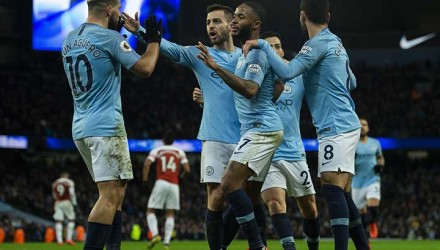 .. Manchester (United Kingdom), 03/02/2019.- Manchester City's Sergio Aguero (L) is congratulated by his teammates after scoring the 2-1 goal during the English Premier League soccer match between Manchester City and Arsenal FC held at the Etihad Stadium in Manchester, Britain, 03 February 2019. EFE/EPA/PETER POWELL EDITORIAL USE ONLY. No use with unauthorized audio, video, data, fixture lists, club/league logos or 'live' services. Online in-match use limited to 120 images, no video emulation. No use in betting, games or single club/league/player publications.