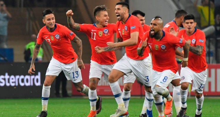 Players of Chile celebrate after defeating Colombia in the penalty shoot-out after tying 0-0 during their Copa America football tournament quarter-final match at the Corinthians Arena in Sao Paulo, Brazil, on June 28, 2019. (Photo by Nelson ALMEIDA / AFP)