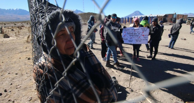 "Venezuelan citizens remain stranded at the Chilean border crossing with Bolivia in  Colchane, Chile on June 27, 2019. - Hundreds of Venezuelans remained stranded at several border points in northern Chile, in ""very bad conditions"" as reported by human rights organizations, after Chile and Peru restricted income requirements. (Photo by Ignacio MUNOZ / AFP)"