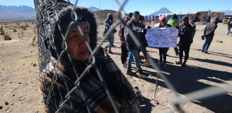 """Venezuelan citizens remain stranded at the Chilean border crossing with Bolivia in  Colchane, Chile on June 27, 2019. - Hundreds of Venezuelans remained stranded at several border points in northern Chile, in """"very bad conditions"""" as reported by human rights organizations, after Chile and Peru restricted income requirements. (Photo by Ignacio MUNOZ / AFP)"""