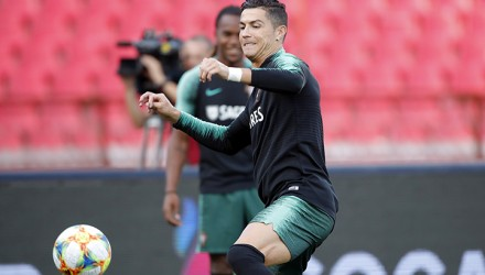 Portugal's forward Cristiano Ronaldo (C) takes part in a training session ahead of the EURO 2020 football qualification match between Serbia and Portugal in Belgrade, Serbia, on September 6, 2019. (Photo by PEDJA MILOSAVLJEVIC / AFP)