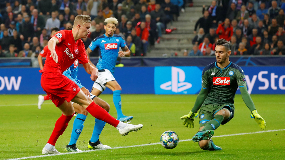 Soccer Football - Champions League - Group E - FC Salzburg v Napoli - Red Bull Arena Salzburg, Salzburg, Austria - October 23, 2019 FC Salzburg's Erling Braut Haaland misses a chance to score REUTERS/Leonhard Foeger