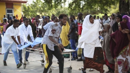 Mogadishu (Somalia), 28/12/2019.- A wounded person is carried on a stretcher at Medina hospital in Mogadishu, Somalia, 28 December 2019. According reports, a large explosion rocked the area near Ex-control Afgoye. Initial police reports said at least five people were killed in what is believed to have been a car bombing. (Mogadiscio) EFE/EPA/SAID YUSUF WARSAME